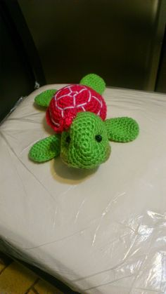 Amigurumi Turtle - FREE Crochet Pattern / Tutorial not English, but probably can figure out Crochet Fairy, Crochet Bows, Crochet Gifts, Cute Crochet, Crochet For Kids, Crochet Amigurumi, Amigurumi Patterns, Crochet Patterns, Amigurumi Free