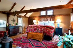 Enchanting Country Bedroom Ideas with Large Bed Artitsic Wood Bed Headboard Floral Themed Quilt Rustic Wood Roof Truss Modern Rustic Bedrooms, Farmhouse Style Bedrooms, Contemporary Bedroom, Trendy Bedroom, Cream And White Bedroom, Country Girl Home, Country Decor, Wooden Beams Ceiling, Minimal Bedroom