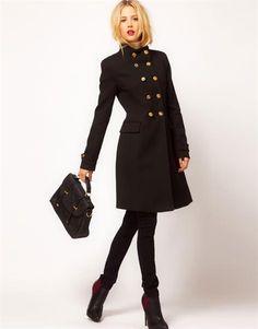 Бежевое женское классическое пальто с черными пуговицами