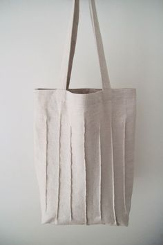 Clean and natural at the same time. White bag collection Best Picture For Tote Bag style For Your Ta Jute Tote Bags, Diy Tote Bag, Pouch Bag, Couture Cuir, Cotton Shopping Bags, Diy Sac, Linen Bag, Denim Bag, Fabric Bags