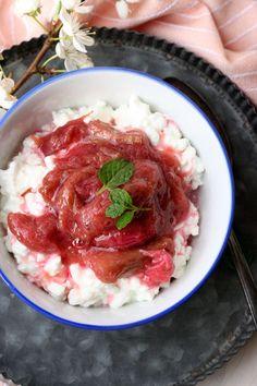 Hüttenkäse mit Rhabarberkompott. 4 Zutaten und perfekt als leichtes Frühstück oder Snack - kochkarussell.com