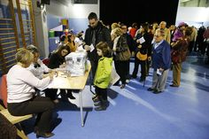 La amplia afluencia de votantes fue numerosa en varios colegios electorales como en este de la calle Sardenya en Barcelona DANNY CAMINAL / Barcelona