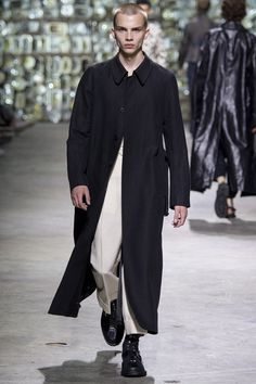 Catwalk photos and all the looks from Dries Van Noten Spring/Summer 2017 Menswear Paris Fashion Week