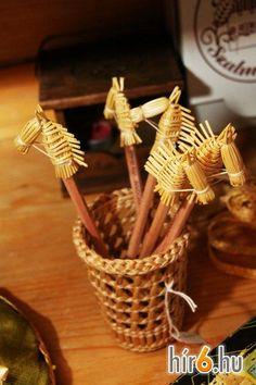 4f0efcea88fa1e4c48d349899bbfd600 Straw Weaving, Loom Weaving, Basket Weaving, Straw Crafts, Christmas Crafts, Candy Invitations, Corn Dolly, Straw Art, Finger Weaving