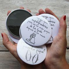 ¿Cansados de ver los mismo regalitos en las bodas? Nosotros también, por eso os proponemos estos originales espejos pensados para regalar a vuestras invitadas y que lleven el recuerdo de vuestro día en el bolso.  También es un regalo súper chulo para regalar en despedidas de soltera.