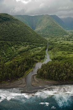 Waipio Valley, Hawaii (by Robert Ostrochovsky)