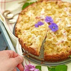 Rabarber, kardemumma och mandelmassa i en lättbakad kaka.