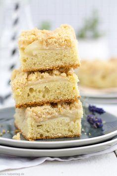 Streuselkuchen mit Apfel vom Blech mit Apfelmus. #apfelkuchen #einfach #backen #rezept #blechkuchen