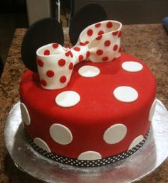 Birthday food simple mickey mouse 22 ideas for 2019 Mickey Mouse Torte, Bolo Da Minnie Mouse, Minnie Cake, Pink Minnie, Fondant Girl, Fondant Cakes, Cupcake Cakes, Pretty Cakes, Cute Cakes