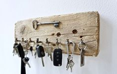 Most recent Totally Free Key Hanger decor Thoughts Misplacing your keys is one of the very most frustrating experiences. Reclaimed Wood Projects, Salvaged Wood, Diy Wood Projects, Palette Deco, Futuristic Interior, Sea Glass Crafts, Ideias Diy, Pinterest Diy, Wood Ornaments