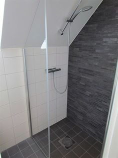 tiny attic bathroom Inspiration – Linn Bad Inspiration – Linn Bad Stile Libero hits the spirit of time in the concrete and terrazzo trend. Attic Shower, Small Attic Bathroom, Small Bathroom Tiles, Loft Bathroom, Bathroom Layout, Bathroom Storage, Master Bathroom, Cottage Showers, Interior Blogs