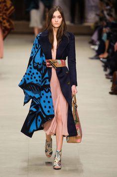 Burberry Prorsum at London Fashion Week Fall 2014 - Daily Fashion Fashion Mode, Moda Fashion, Daily Fashion, Runway Fashion, High Fashion, Fashion Show, Fashion Outfits, Womens Fashion, Fashion Design