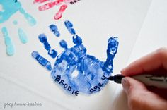 This shrinky dink handprint keychain is the perfect homemade father's day gift for Dad, and your kids will love making it too! Easy Mother's Day Crafts, Mothers Day Crafts For Kids, Fathers Day Crafts, Diy Arts And Crafts, Diy For Kids, Homemade Fathers Day Gifts, Diy Gifts For Dad, Diy Father's Day Gifts, Father's Day Diy