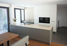 Diese Ewe Vida Küche besticht vor allem durch ihre klaren Formen und ihre schlichte Eleganz. Die Farbe der Unterschränke trägt den Namen Basaltgrau. Der Hochschrankblock ist aus Acryl Supermatt in Steinweiss. Die Arbeitsplatte der Kücheninsel ist aus Naturstein. Das Bora Professional 2.0 Kochfeld fügt sich unauffällig und elegant in die Steinplatte ein. Der Backofen, Dampfgarer und Geschirrspüler sind von Miele, der Kühlschrank ist von Siemens. Summer Drawings, Family Drawing, Glitter Cake, Küchen Design, Pictures To Draw, Shades Of Grey, Christmas Dance, Flooring, Houses