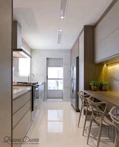 Passionate about this kitchen, look at the lighting detail, it was beautiful, isn't it ? Kitchen Dinning, New Kitchen, Kitchen Decor, Kitchen Ideas, Kitchen Furniture, Kitchen Interior, American Kitchen Design, Gray And White Kitchen, Cocinas Kitchen