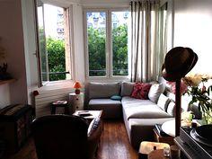 Ce petit studio de 35m2 s'est métamorphosé en un ingénieux petit appartement. Le goût de la propriétaire des lieux et le savoir faire de l'entrepreneur se sont complétés sur un chantier aux finitions extrêmes, où se nichent des meubles sur mesure… #appartementArchitecteParis #litCabine #salleDeBainCube Cubes, Decoration, Entrepreneur, Couch, Studio, Furniture, Home Decor, Cabin Beds, Custom Furniture