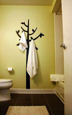 Crea tu propio perchero, usa un vinil o pinta en la pared la figura que desees y agrega unos ganchos para colgar. Y listo!