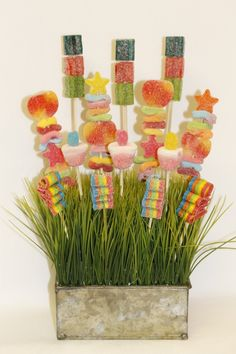 Nothing makes Shavuot special like a beautifully set and inviting Yom Tov table. It's those small but important touches that transform the simple into the eleg Candy Bouquet, Bouquet Flowers, Candy Kabobs, All Candy, Edible Bouquets, Diy Food Gifts, Sweet Bags, Gift Cake, Easter Candy