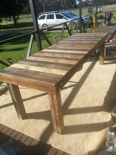 Pallet Table Plans pallet dining table - love this - want to build one large enough to seat 8 people or Pallet Dining Table, Pallet Patio Furniture, Patio Dining, Patio Table, Outdoor Dining, Outdoor Decor, Dining Bench, Party Outdoor, Pallet Table Top