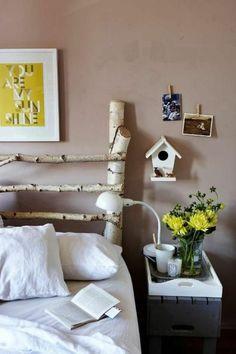 Tête de lit diy en branches d'arbre idée pour décorer la chambre adulte