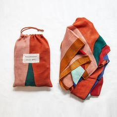 Scarf has been collaboration by Judit Mascó and the artist Clàudia Valsells. Packaging Design, Branding Design, Textiles, Diy Clothes, Sewing Projects, Pouch, Tote Bag, Purses, Creative