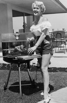 We all know that the men like to think they are better at grilling but history shows that women are actually the experts so don't be afraid to be the hostess with the mostess (in terms of grilling skills! Retro Barbecue, Barbecue Grill, Grilling, Bbq World, Picnic Set, Picnic Table, Cooking Photos, Woman Smile, Pin Up Girls