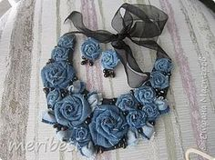 Textile Jewelry, Fabric Jewelry, Hair Jewelry, Boho Jewelry, Jewelry Crafts, Denim Flowers, Fabric Flowers, Artisanats Denim, Fabric Flower Necklace
