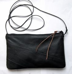 Nahkainen musta olkalaukku, jonka sisään mahtuu pieni kukkaro, kännykkä, avaimet ja huulipuna. Ohut olkahihna jonka voit halutessasi irrottaa tai piilottaa laukun sisään. Valmistuksessa on käytetty kierrätettyä nahkaa, joten jokainen laukku on oma yksilönsä ja esimerkiksi saumojen paikka voi vaihdella. Mitat: leveys noin 21cm, korkeus noin 13cm.