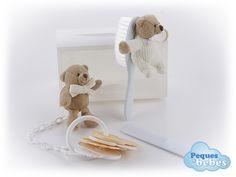 Maletin de regalo para bebés y recién nacidos formado por un osito de peluche con cepillo para el pelo,un osito con un juego de llaves y un peine    Los peluches han sido fabricados en España y cumplen la normativa europea . http://www.pequesybebes.es/regalos/105-regalo-recien-nacido-bebe-maletin.html