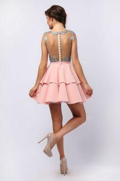 Śliczna sukienka Amanda, w dolnej części wyszywana z pięknej pudrowo-różowej tkaniny podzielonej na dwie falbany. Spódnica jest podszyta usztywnianą halką, któradaje efekt idealnie rozkloszowanej sukienki. Górną część zdobi piękna szara koronka. Dekolt w kształt literki V. Plecy zdobi cielista siateczka przy krawędziach zdobiona kwiecistym wzorkiem. Sukienka zapinana jest na zamek błyskawiczny.