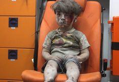 Algumas imagens são capazes de capturar sentidos profundos de eventos históricos, muitas vezes trágicos, com somente uma fotografia. É o caso da foto da criança de então 5 anos, ferida e coberta de poeira, sentada aguardando atendimento médico após mais um absurdo ataque na guerra que assola a Síria. O menino se chama Omran, e terrivelmente ele perdeu seu irmão Ali, de 10 anos, no conflito. A boa notícia, porém, é que Omran agora se encontra saudável e feliz. O menino e sua família foram…