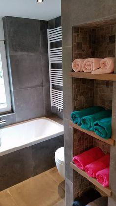 Badkamer gerealiseerd door Sanidrome Ben Scharenborg uit Haaksbergen in Neede. De schappen zijn gemaakt van betonlook tegels en natuursteen mozaïek.