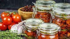 K rajčatům přidejte bylinky, česnek a koření Food And Drink, Jar, Vegetables, Kitchen, Milan, Garden, Cooking, Garten, Kitchens
