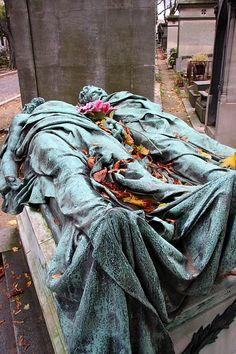 Cimetière du Père LaChaise, Paris France. Theodore Sivel and Joseph Crocé-Spinelli: Catastrophe du Ballon le Zenith 15 Avril 1875, Croce-Spinelli et Sivel, Morts à 8600 Metres de Hauteur.