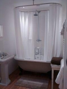 Attirant Classic Bathroom, Rolltop, Clawfoot Bath, Oval Shower Curtain