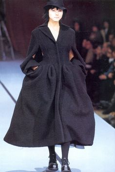 Love this coat. Dark Fashion, High Fashion, Fashion Beauty, Fashion Show, Plus Fashion, Fashion Design, Fashion Details, Fashion Fashion, Fashion Dresses