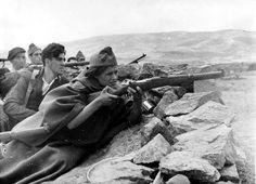 Una miliciana, en la primera línea de la sierra de Guadarrama, en Madrid, el 25 de julio de 1936, poco después de iniciada la Guerra Civil. ...