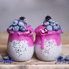 This pink dragonfruit smoothie layered chia pudding jar is vegan and delicious, nutritious breakfast treat! Plus the chia pudding can be meal-prepped ! Apple Smoothies, Healthy Smoothies, Smoothie Recipes, Dragon Fruit Smoothie, Smoothie Bowl, Dragon Fruit Dessert, Chia Fresca, Cute Food, Yummy Food