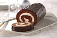 Une délicieuse garniture au fromage à la crème complète à merveille ce riche gâteau au chocolat qui fera fureur. Et ne vous inquiétez pas si la pâte se fissure un peu lorsque vous le roulez: le glaçage au chocolat dissimulera tout ça.