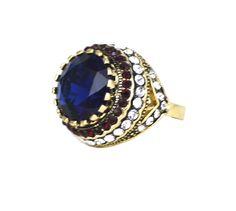 Anel Oceano, metal dourado com pedra azul e cristais brancos e vermelhos. Inspirado nas joias da realeza Britânica.