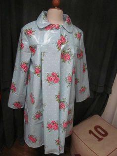 Ciré AGLAE en coton enduit ciel à pois blancs et bouquet de fleurs fermé par 2 pressions dissimulés sous 2 gros boutons recouverts dans le même tissu (2)