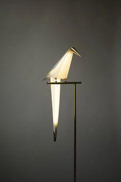 Una lámpara en movimiento con forma de ave en origami