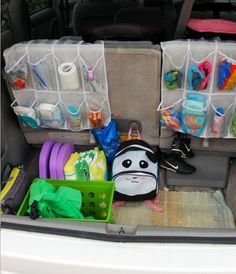 les essentiels dans des rangements à souliers et laissez-les dans votre voiture. Cela vous évitera de refaire constamment le décompte de vos sacs. | Source: kidsactivitiesblog.com