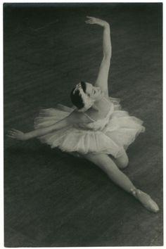 E. Ryabinkina in 'Swan Lake'_Izogiz. Photo B. Borisova | by Performing Arts / Artes Escénicas