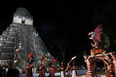 Ceremonia maya para despedir el último sol de esta era y recibir el B'aktun13, frente al Templo Gran Jaguar, en Guatemala.