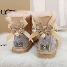 Uggs are not only the most loved but also the most controversial boots on the market. Outfits Ugg Boots, Ugg Boots With Bows, Girls Ugg Boots, Ugg Boots Cheap, Bow Boots, Cute Uggs, Cute Boots, Ugg Bailey, New Uggs