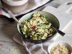 Lauwarmer Zucchini-Hähnchen-Salat mit Basilikum-Pesto