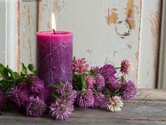 Puna-apilat - apila apilat puna-apila puna-apilat kynttilä violetti lila kynttiläkuva kesä liekki tuli palaa palava asetelma kukka-asetelma kesäkukat kesäkukkia
