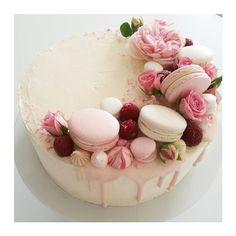 Kuvan mahdollinen sisältö: jälkiruoka ja ruoka Macarons, Macaroon Cake, Sugar Cake, Rose Cake, Pretty Cakes, Beautiful Cakes, Drip Cakes, Occasion Cakes, Buttercream Cake