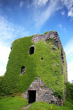 Dunollie Castle (Scottish Gaelic: Dùn Ollaigh) is a small ruin located on a hill… Oban Scotland, Scotland Castles, Scottish Castles, Castle Ruins, Medieval Castle, Scotland Travel, Scotland Trip, Ireland Travel, Outlander